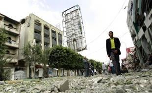 Destructions dans les rues de Sanaa, le 31 août 2015 après un raid de la coalition conduite par l'Arabie saoudite