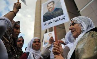 Le procès controversé de 44 journalistes accusés de liens avec les rebelles kurdes du Parti des travailleurs du Kurdistan (PKK) a débuté lundi à Istanbul en présence de nombreux militants des droits de la presse et de parlementaires dénonçant une atteinte à la liberté d'expression.