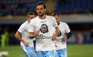 Un joueur de la Lazio s'échauffe avec un t-shirt à l'effigie d'Anne Frank