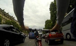 Un cycliste circule sur les Champs-Elysées le 26 juin 2013 à Paris.