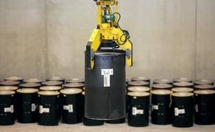 Un fût métallique, renfermant des déchets nucléaires au centre de stockage FMA (faible et moyenne activité) de l'Andra, le 28 novembre 2005 à Soulaines-Dhuys (Aube).