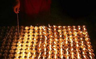 Un moine bouddhiste prie pour le Tibet, à Katmandou, le 16 mars 2008