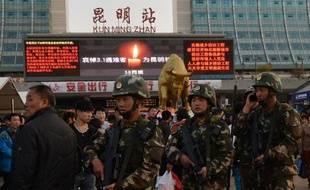 Forces de l'ordre déployées le 3 mars 2014 devant la gare de Kunming