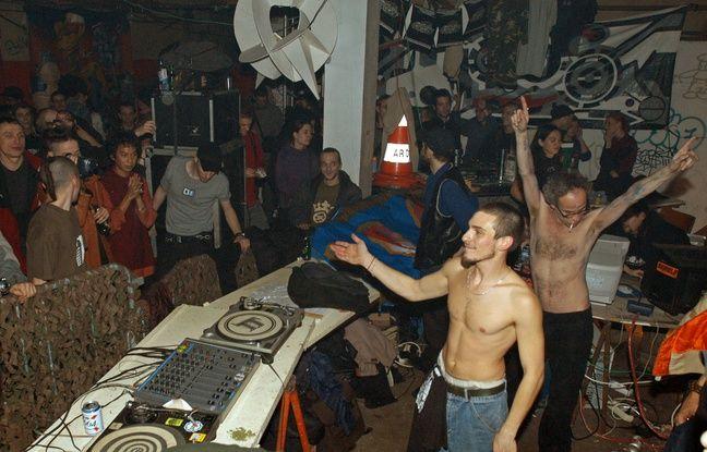 Des personnes participent dans la nuit du 16 au 17 novembre 2002 à une rave-party organisée dans un squat à Paris