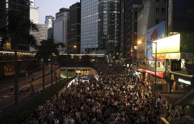 Crise à Hong Kong: Des milliers de personnes mobilisées contre un projet interdisant les masques en manifestation