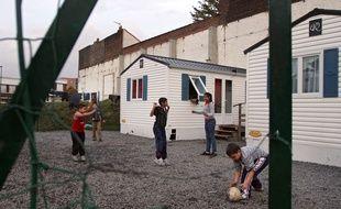 Des enfants Roms jouent dans un village d'insertion à Fives