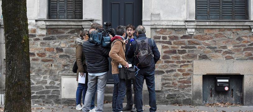 Un riverain interrogé par des journalistes devant l'ancienne maison de la famille Dupont de Ligonnès à Nantes.