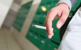 Illustration d'un fumeur de cannabis dans un hall d'immeuble.