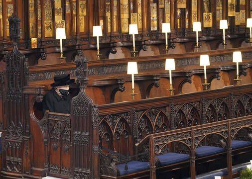 La reine Elisabeth II, seule sur son banc et masquée, pour les funérailles de son mari, le prince Philip, le 17 avril 2021 dans la chapelle Saint George, à Windsor