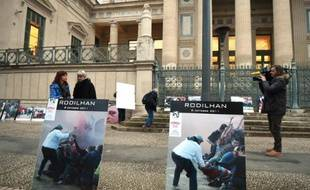 Des militants anti-corrida devant le palais de justice de Nîmes le 14 janvier 2016