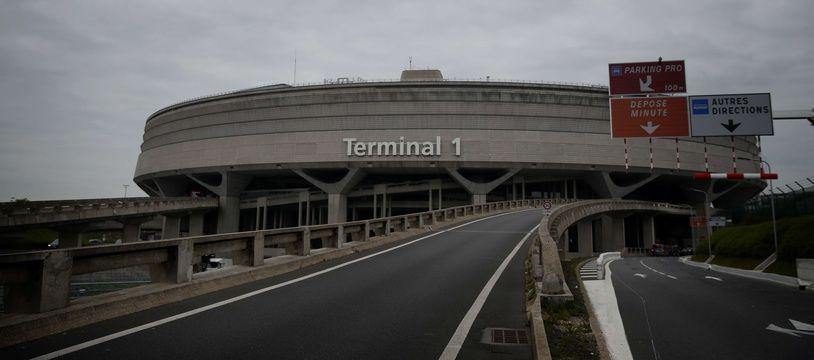 La femme transportait un pistolet chargé dans son bagage cabine dans une zone de transit à l'aéroport de Roissy (illustration).