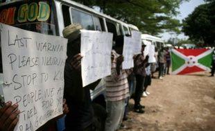 Des civils protestent contre le gouvernement burundais pendant les funérailles d'un journaliste burundais et de sa famille, le 20 octobre 2015 à Bujumbura