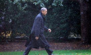 Barack Obama marche dans les jardins de la Maison Blanche, le 29 octobre 2012, alors qu'il a annulé ses déplacements de campagne à cause de l'ouragan Sandy.