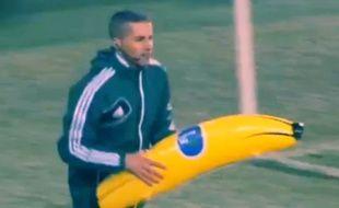 Le 4e arbitre évacue une banane gonflable lancée par des supporters de Feyenoord lors du 16e de finale retour entre le club hollandais et la Roma, le 26 février 2015.