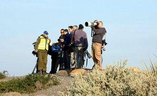Depuis le 5 novembre 2008, les autorités israéliennes empêchent les photographes internationaux de pénétrer dans la «zone militaire» de la bande de Gaza. Seuls sont autorisés les reporters habitant le territoire occupé.  Conséquence directe de ce blocus, les images réalisées et contrôlées par les deux camps manquent cruellement de diversité.  Bilan iconographique de deux camps qui s'affrontent...