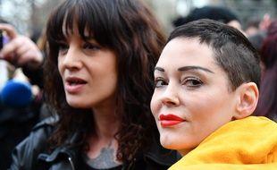 Rose McGowan (au premier plan avec le vêtement jaune) et Asia Argento, lors d'une manifestation pour les droits des femmes, à Rome, le 8 mars 2018.