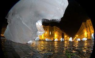 Photo prise au grand angle d'une oeuvre artistique faite avec des morcaux de glace,  exposée devant le Panthéon, le 6 décembre 2015