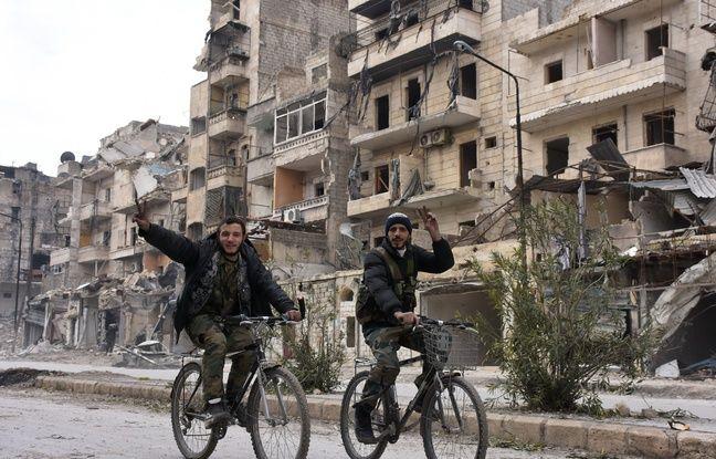 Des soldats du régime syrien font le «V» de la victoire dans le district de Sukkari, à Alep, le 23 décembre 2016.