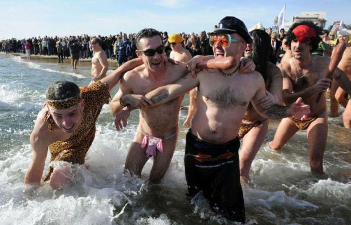 """Quelque 500 personnes se sont baignées lundi pour le """"dernier bain naturiste de l'année"""" 2012, la 23e édition de ce rendez-vous annuel sur la plage naturiste du Cap d'Agde, a constaté un journaliste de l'AFP. – Pascal Guyot afp.com"""