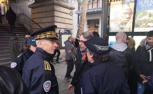 Le préfet Didier Lallement (à gauche) à Barbès, lors de l'opération de police contre les vendeurs à la sauvette.