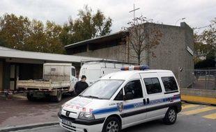 Une voiture sérigraphiée de la police municipale a été incendié dimanche en milieu de journée dans le quartier d'Amiens-Nord et une quinzaine d'individus ont ensuite lancé des projectiles sur les policiers, a-t-on appris de sources préfectorale et proche de l'enquête.