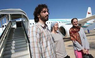 Les trois otages français du Yémen après leur libération, le 14 novembre 2011 à Mascate, Oman.