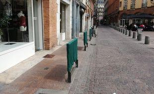 Des housses à barrière, place de la Trinité, à Toulouse.