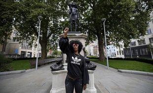 Jen Reid, une manifestante du mouvement «Black Lives Matter» devant la statue de Marc Quinn la représentant, à Bristol