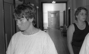 Dijon (Côte d'or), le 30 juin 1986. Murielle Bolle (à gauche) arrive au palais de justice pour être entendue.