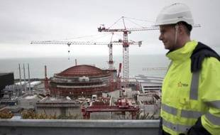 Un ouvrier devant le chantier du nouveau réacteur EPR de Flamanville (Manche), le 19 février 2014