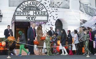 Donald Trump et sa femme Melani, la veille de l'attaque terroriste à New York, en pleine distribution de bonbons à la Maison-Blanche.