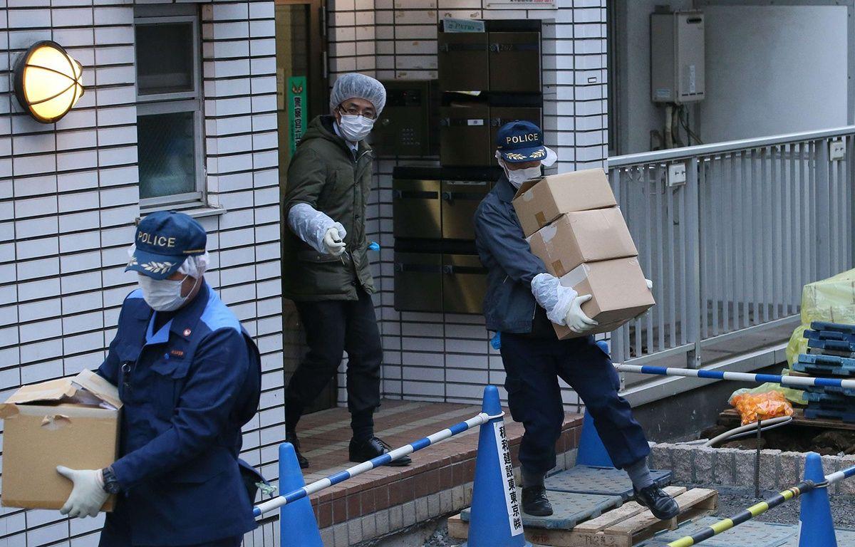 Des policiers fouillent la résidence où une jeune fille de 15 ans aurait été séquestrée, le 28 mars 2016. – Koji Ito/AP/SIPA