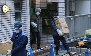 Des policiers fouillent la résidence où une jeune fille de 15 ans aurait été séquestrée, le 28 mars 2016.
