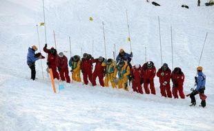 Une équipe de sauveteurs à l'entraînement dans une avalanche, le 11 décembre 2013 près de la station des Deux Alpes