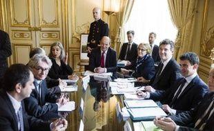 Jean-Claude Mailly (G) face à Arnaud Montebourg et Manuel Valls le 11 avril 2014 à l'hHôtel Matignon à Paris