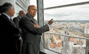 Gérard Collomb est conscient de l'attractivité du WTC lyonnais au sommet de la Tour Oxygène.