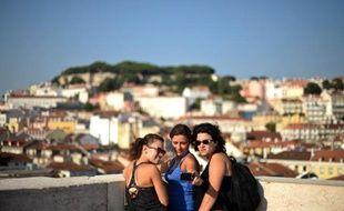 Le mythique tram de la ligne 28 qui se fraie un chemin à travers les ruelles étroites et escarpées de Lisbonne ne désemplit pas. La Ville blanche, tout comme l'Algarve, est prise d'assaut par les touristes étrangers, une aubaine pour le pays en crise.