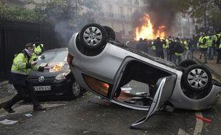 Une voiture retournée lors de la mobilisation des «gilets jaunes» le 1er décembre à Paris.