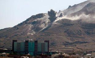 Un dépôt d'armes frappé part un raid aérien de la coalition près de Sanaa, la capitale du Yémen, le 15 octobre 2015