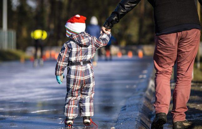 Un enfant fait du patin à glace sur une route naturellement gelée aux Pays-Bas, le 27 février 2018.