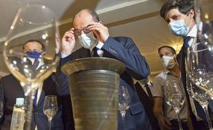 Le Premier ministre Jean Castex avec des viticulteurs dans un domaine AOC à Menetou-Salon, mercredi 5 août 2020.