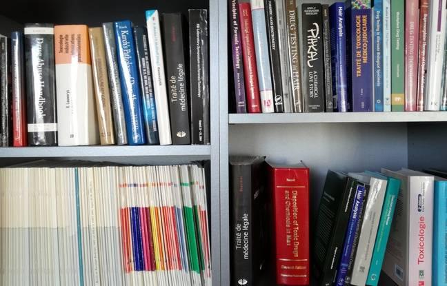 Dans la bibliothèque du docteur en pharmacie Pascal Kintz, dans son bureau du laboratoire de toxicologie de l'institut médico-légal de Strasbourg.
