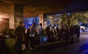 Des migrants sur le point d'être évacués par les forces de l'ordre à Paris, le 7 novembre 2019.