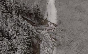 Une vue aérienne de l'éboulement qui a coupé du monde la station de ski des Monts d'Olmes, en Ariège, le 20 février 2018.