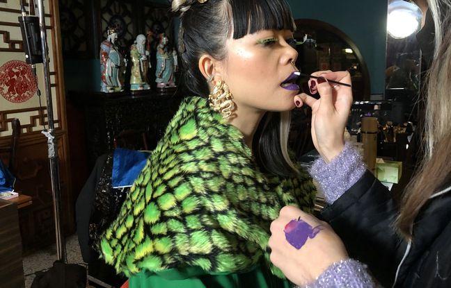 La chanteuse Thérèse en train d'être maquillée sur le clip de « Chinoise »