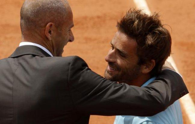 Le tennisman Arnaud Clément (à dr.) au côté de Guy Forget, lors de son dernier match à Roland-Garros, le 31 mai 2012 contre David Goffin.