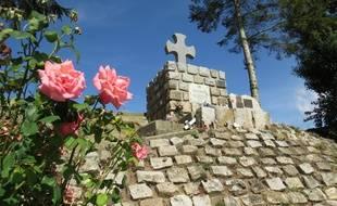 Le monument à la croix, en hommage aux soldats australiens sans sépulture, entre Bullecourt et Riencourt, dans le Pas-de-Calais.