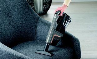 L'aspirateur est fourni avec différents accessoires.