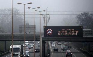 Un panneau annnonçant une limitation de la vitesse sur une autoroute près de Strasbourg en raison de la pollution de l'air, le 12 décembre 2013
