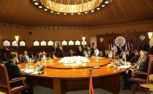 Une photo fournie le 22 avril par le ministre de l'Information du Koweït, d'une réunion le 21 avril avec pouvoir et rebelles yéménites à Koweït